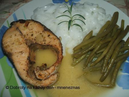 Losos s rýžovými nudlemi a fazolovými lusky