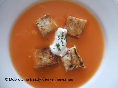 Rajčatová polévka s česnekem