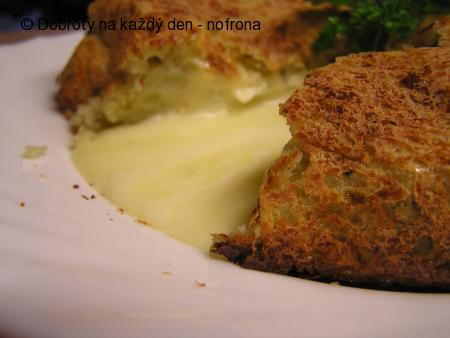 Pečený bramborák plněný hermelínem