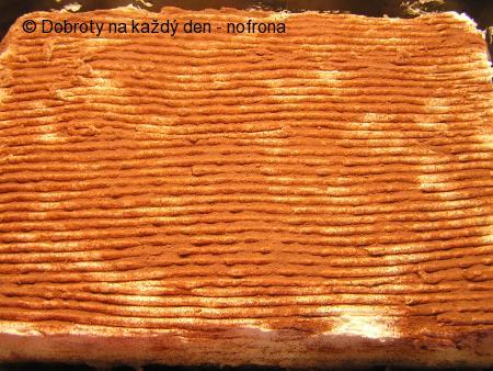 Tvarohovo-šlehačkový řez s broskvemi