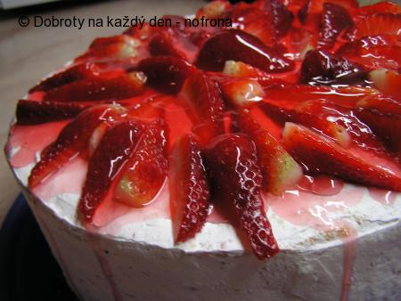 Rolovaný jahodovo - tvarohový dor