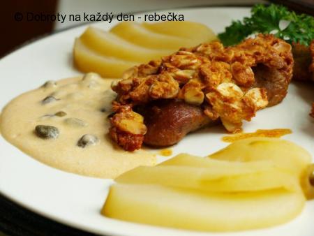 Krůtí masíčko s křupavou mandlovou krustičkou, kaparovou omáčkou a pošírovanou hruškou