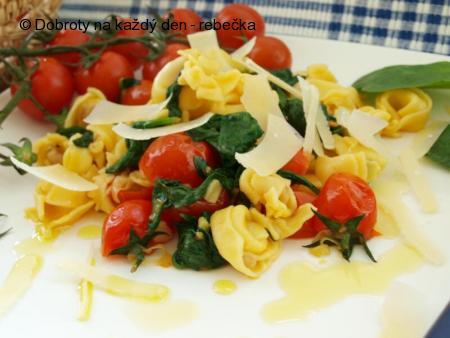 Pikantní sýrové tortellini s třešňovými rajčátky a čerstvým špenátem