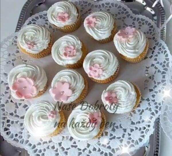 Cupcaky s citronovou náplní a smetanovým krémem