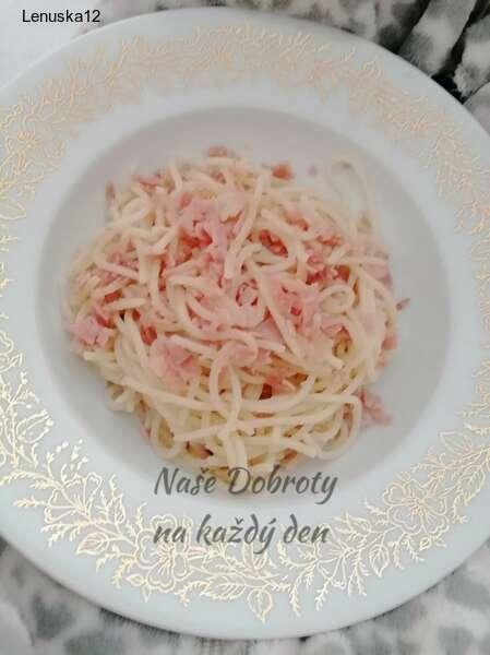 Špagety s česnekem a šunkou
