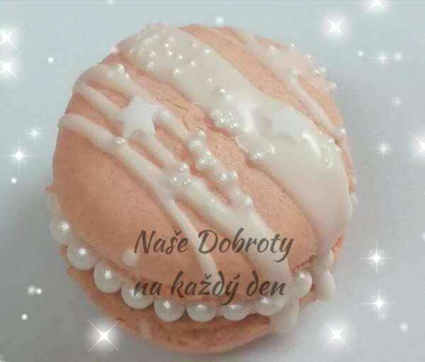 Malinové makronky s bílou čokoládou a perličkami