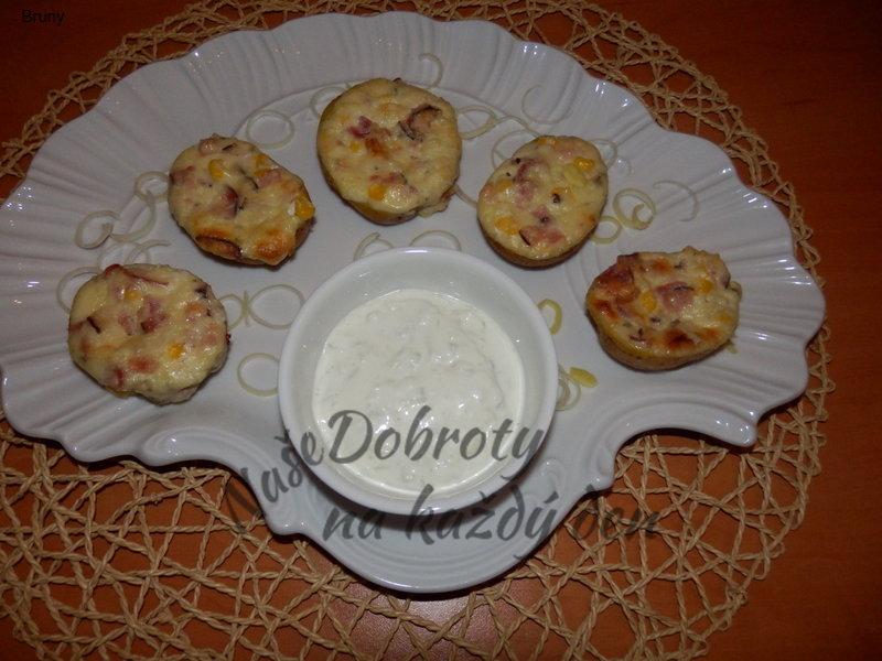 Plněné brambory s okurkovým dresingem
