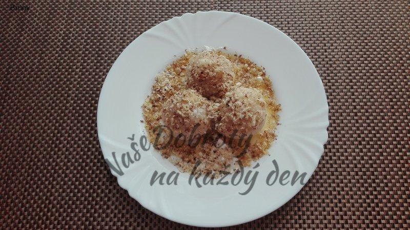 Ovocné knedlíky sypané ořechy trochu jinak
