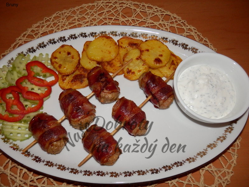 Masové jednohubky s pečenými brambory a dresingem
