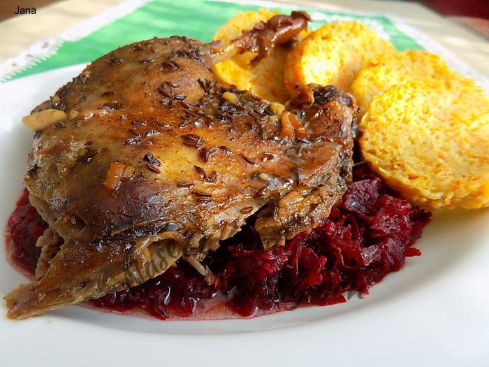 Pečená kachna, zelí z červené řepy a zeleninový knedlík