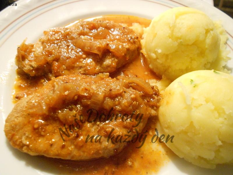 Kotlety s cibulkou, šťouchané brambory