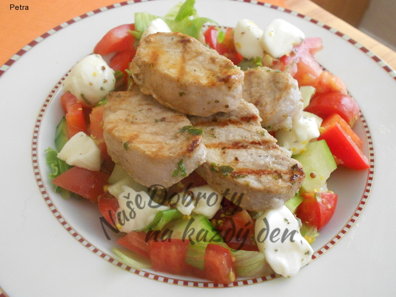 Zeleninový salát s vepřovou panenkou a mozzarellou