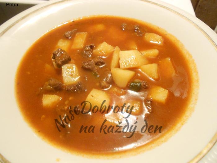 Gulášová polévka s čerstvou majoránkou