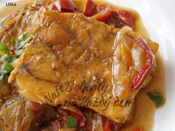 Rybí filé na cibuli a kápii