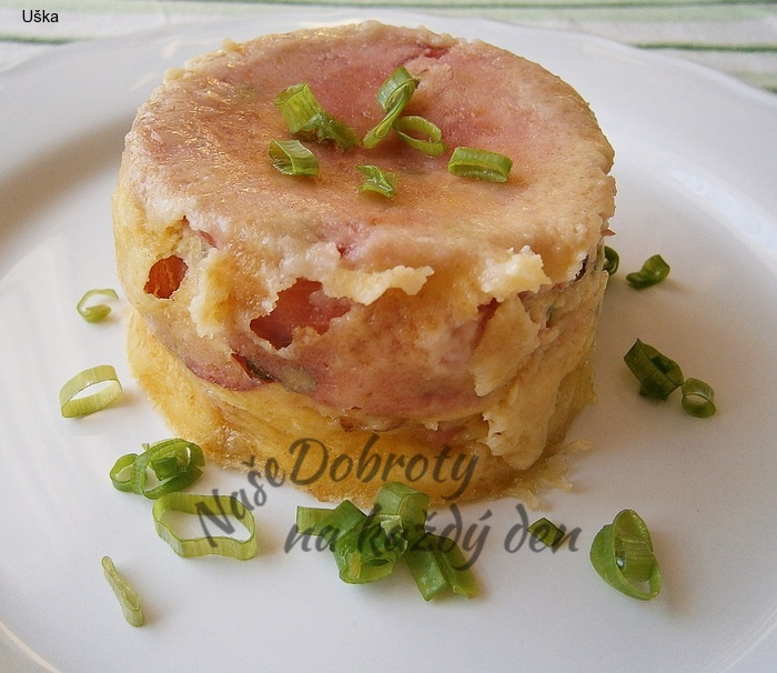 Smažený sýr z mikrovlnky, plněný tvarůžky a uzeninou