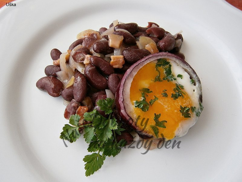 Fazolový salát s volským okem v cibulovém kroužku
