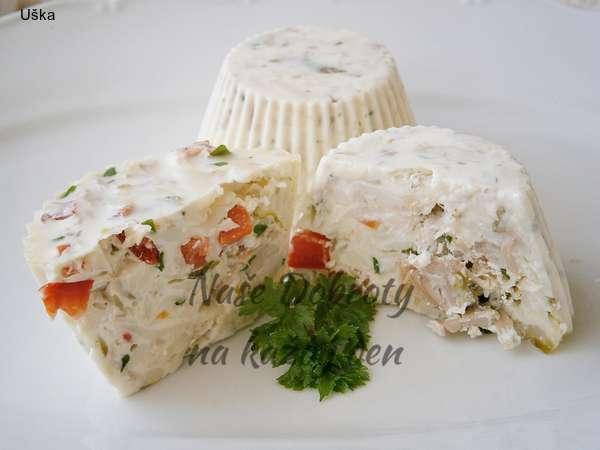 Aspik v bílém s kuřecím masem a sýrem