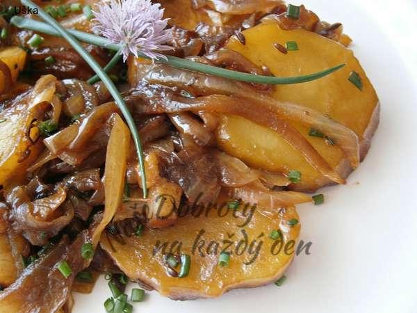 Cibulové brambory z papiňáku