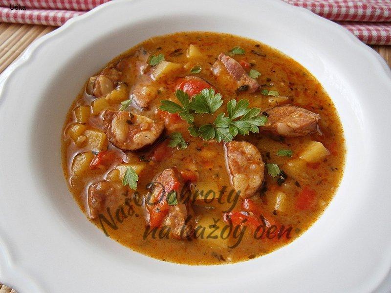 Gulášová polévka zahuštěná bramborovou kaší