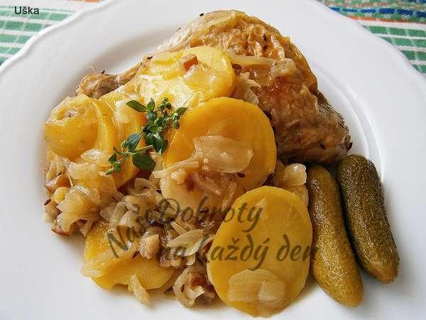 Špekové brambory na cibuli z papiňáku