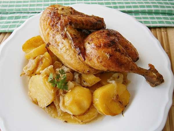 Kuře na zázvoru s máslem s cibulovými bramborami