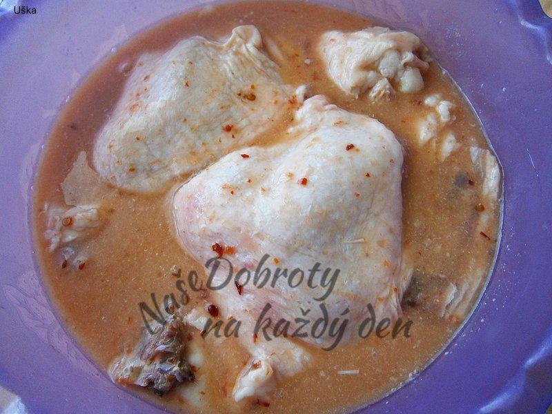 Kuřecí horní stehna pečená na cuketě a cibuli